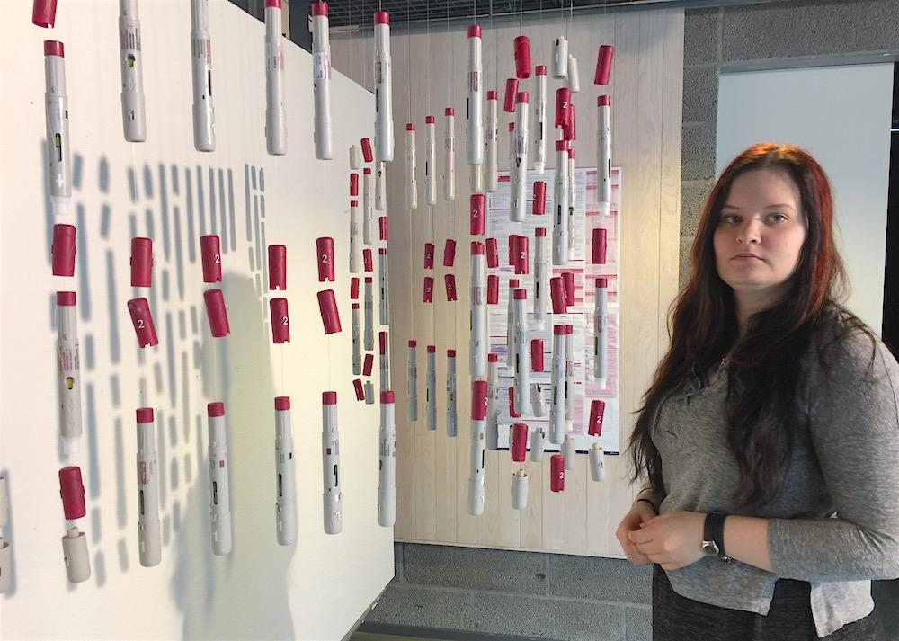 Aino Rytkönen on tehnyt installaationsa lääkehoidon välineistä, joita on vuosien mittaan kertynyt paljon.
