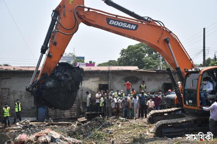 IMG 20210426 WA0012 বরিশাল নগরীতে জলাবদ্ধতা নিরসনে সিটি কর্পোরেশনের উদ্যোগে খাল পরিচ্ছন্নতা কর্মসূচীর শুরু