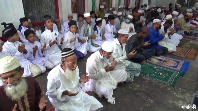 Patuakhali Advence Eid Pic 02 পটুয়াখালী সদর উপজেলার বদরপুর দরবার শরীফের মুসুল্লিরা বুধবার ঈদ-উল-ফিতর পালন করেছেন।
