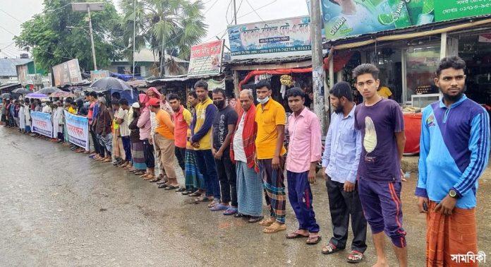 Kuakata Photo Evicted businessmen of Kuakata forming human chain on Friday calling for proper rehabilitation 2 কুয়াকাটায় উচ্ছেদ অভিযানে ক্ষতিগ্রস্ত ক্ষুদ্র ব্যবসায়ীদের মানববন্ধন
