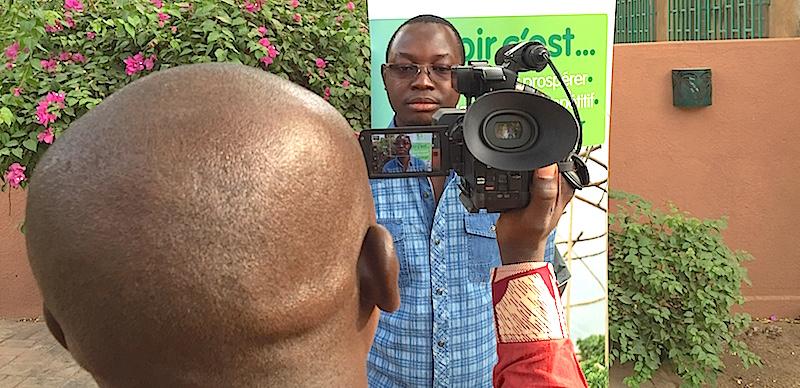 Inoussa Maïga enregistre l'une des vidéos de présentation d'AgribusinessTV.