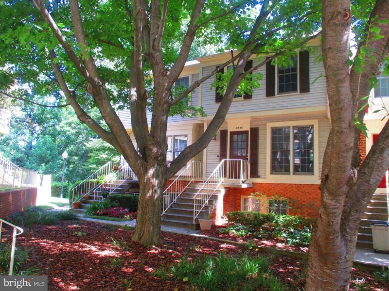 GROSVENOR METRO – 2BR, 1.5 BA Duplex w TSKit, Fireplace, Deck & Parking – 10535 Englishman Drive, North Bethesda, MD