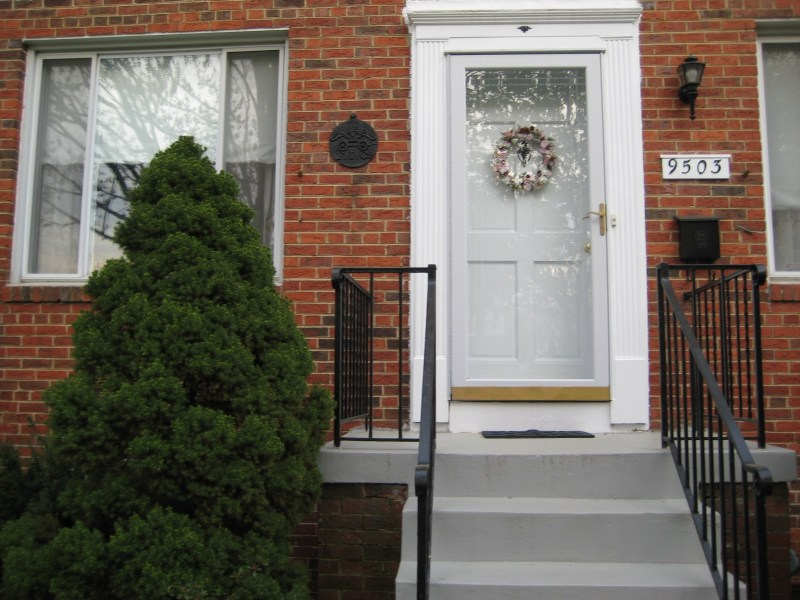 ** Recently renovated and sun-filled residence in a quiet, upscale,   and safe neighborhood of Bethesda.