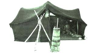 Kurulmuş ve kullanıma hazır bir kara çadır (gon).