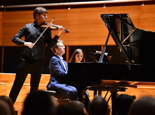 Uluslararası İzmir Festivali açılış töreninden Keman Sanatçısı Joshua Bell ve piyanist Sam Haywood, Ahmed Adnan Saygun Sanat Merkezi'nde konser verdi.