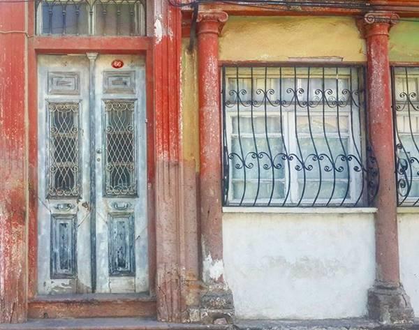 13 Nisan Caddesi'nde bulunan tarihi evler.