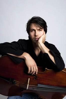solist Matthias Bartolomey'e ( Viyolonsel )
