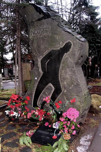 Moskova'da Novodeviçiy Mezarlığı'nda Nâzım Hikmet'in mezarı