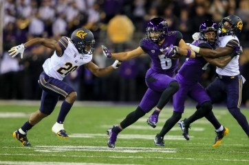 Dante Pettis (8) carries the ball against Cal in a Pac-12 football game on Oct. 7. Photo: Scott Ecklund/Red Box Pictures