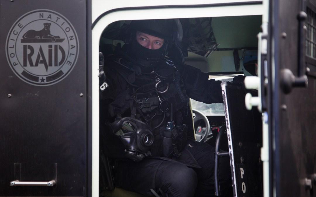 1116-62-0075 Policier du RAID à l'arrière d'un PVP