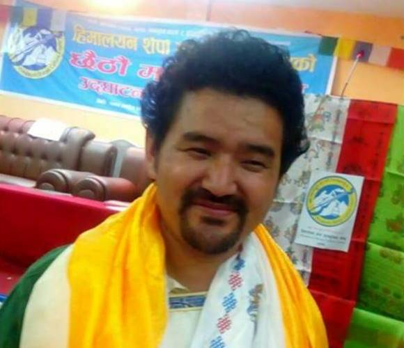 सोलुखुम्बुमा फोरम नेपालका लाक्पा शेर्पा हातमा मशाल लिएर चुनावी मैदानमा उत्रदै