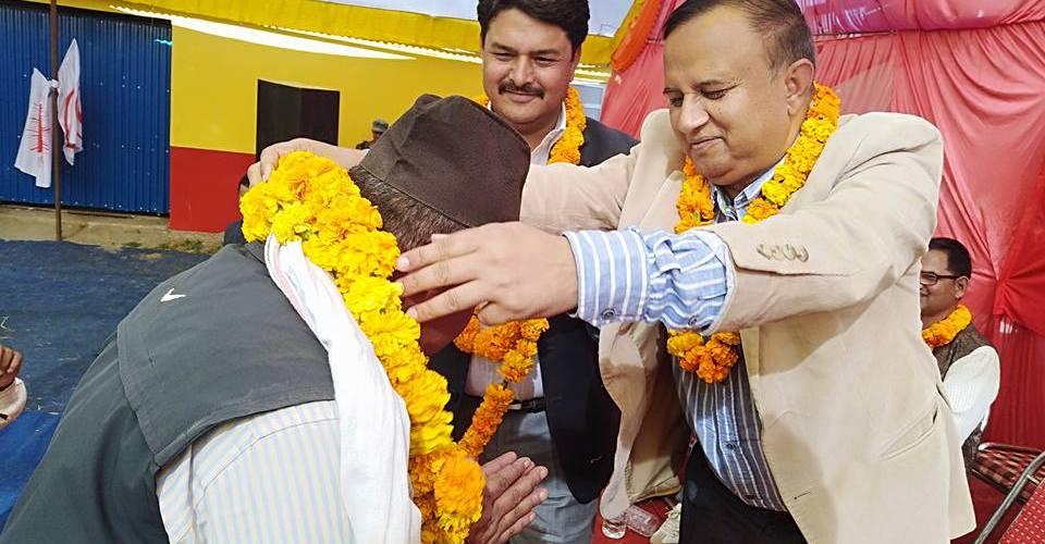 तुल्सीपुरमा नेपाली काँग्रेसका नेता पदम खड्का आफ्ना कार्यकर्ता लिएर नेकपा एमालेमा प्रवेश