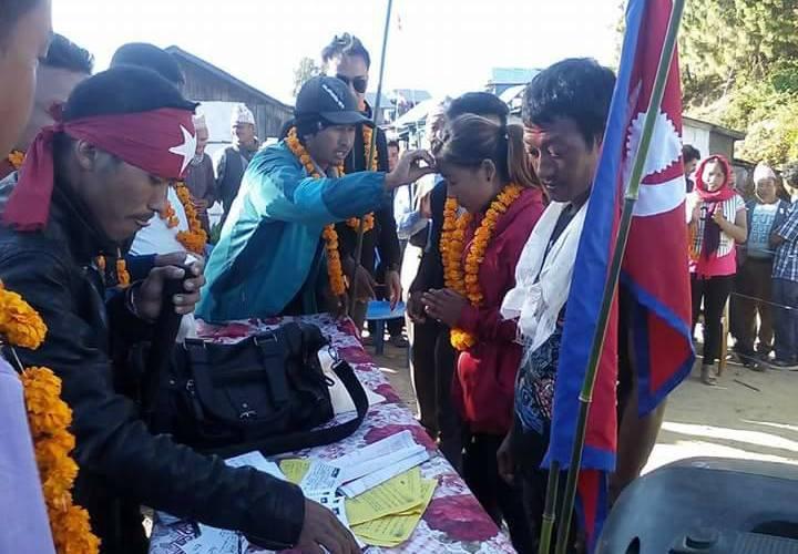 मधेशमा मात्र होइन पहाडमा यसरी लाइन लागेर फोरम नेपालमा नेता कार्यकर्ता प्रवेश गर्छन