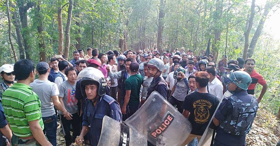 सुरक्षाकर्मी र आन्दोलनकारीबीच झडप, तीन राउन्ड अश्रुग्यास प्रहार, दर्जनौ घाइते (भिडियो सहित)