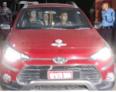 यौन काण्डमा फसेका महरा पक्राउ, प्रहरीले निजि गाडी ल्याएपनि लाजले आफ्नै गाडीमा गए महरा