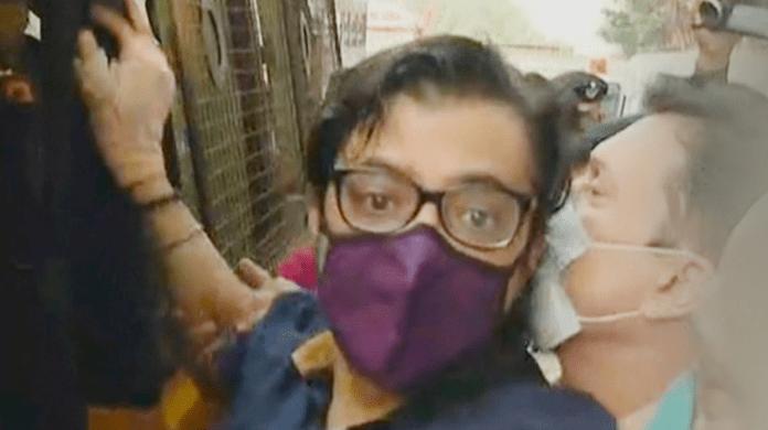 सरकार र पुलिसको कायरता, अर्नब हिरासतमा, पेन बोक्ने पत्रकार समात्न ४० पुलिस घरमा