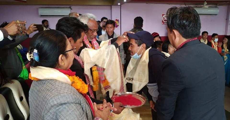 ओली नेता कार्यकर्ता तान्न मधेशमा भौतारिदै गर्दा महतोले झापा मै ३५० लाइ गराए पार्टी प्रवेश