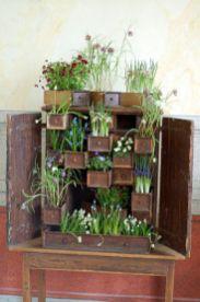 mobile trasformato in fioriera, con bulbi,fiori vasi cassetti