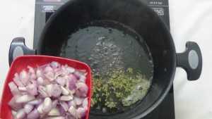 Chepala pulusu -chopped onions
