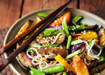 Delicious asian rice noodles with vegetables (wok)