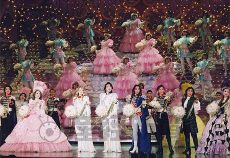 雪組が上演中の「ベルサイユのばら オスカル編」の豪華絢爛(けんらん)フィナーレ((c)宝塚歌劇団)