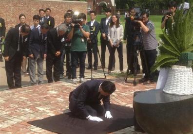2015年8月、韓国・ソウルの西大門刑務所跡地を訪問し、ひざまづきながら頭を下げる鳩山由紀夫元首相。元首相によるこうした「謝罪」も効果はなく、日本への謝罪要求は終わっていない