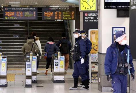 JR大正駅で男性刺される。構内を調べる捜査員=7日、大阪市大正区(前川純一郎撮影)