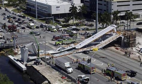 フロリダ州マイアミで崩落した歩道橋(AP)