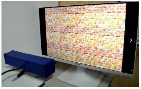 距離測定用カメラ(左下)は、ステレオグラム(立体画)に対して、人間と同じように距離を錯覚して認識した(原田成樹撮影)