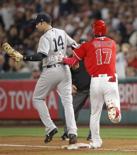 4月27日、ヤンキース戦の5回、二ゴロに倒れ一塁に駆け込むエンゼルス・大谷。この際に左足首を捻挫し途中交代になった=アナハイム(AP)