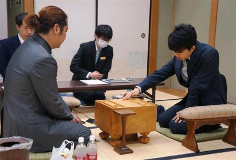 中村亮介六段(左)との対局に臨む藤井聡太七段=1日午前、大阪市福島区の関西将棋会館