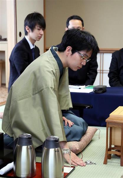 先に入室し、懐中時計を置く豊島将之八段 =6日午前、兵庫県洲本市のホテルニューアワジ(志儀駒貴撮影)