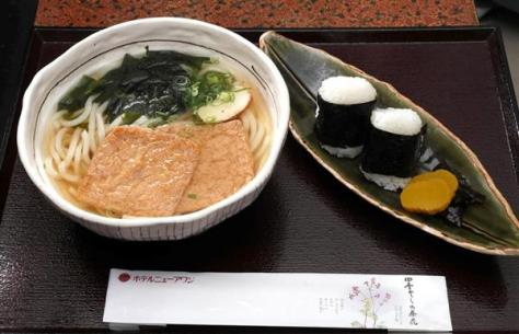 羽生善治棋聖の昼食、きつねうどんとおにぎり=6日午前、兵庫県洲本市のホテルニューアワジ(志儀駒貴撮影)