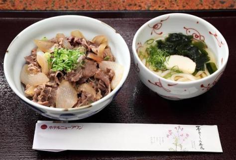 豊島将之八段の昼食、淡路島牛丼とミニうどん =6日午前、兵庫県洲本市のホテルニューアワジ(志儀駒貴撮影)