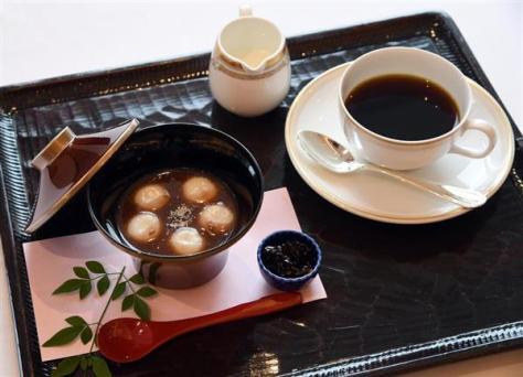 羽生善治棋聖が注文した午後のおやつ、白玉ぜんざいとホットコーヒー=16日午後、東京都港区のグランドニッコー東京 台場(鴨川一也撮影)