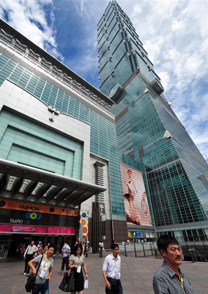 台北中心部にある超高層ビル「台北101」での観光を楽しむ中国からの観光客