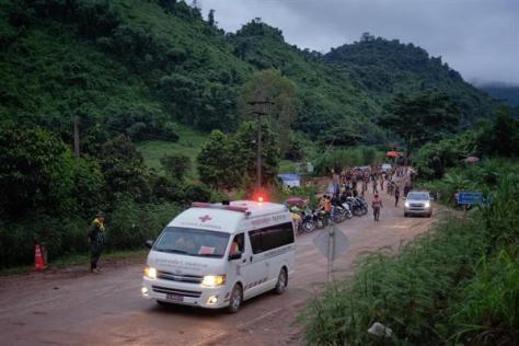 8日、タイ北部チェンライ県の洞窟から救出した少年を乗せ、病院に向かう救急車(ゲッティ=共同)