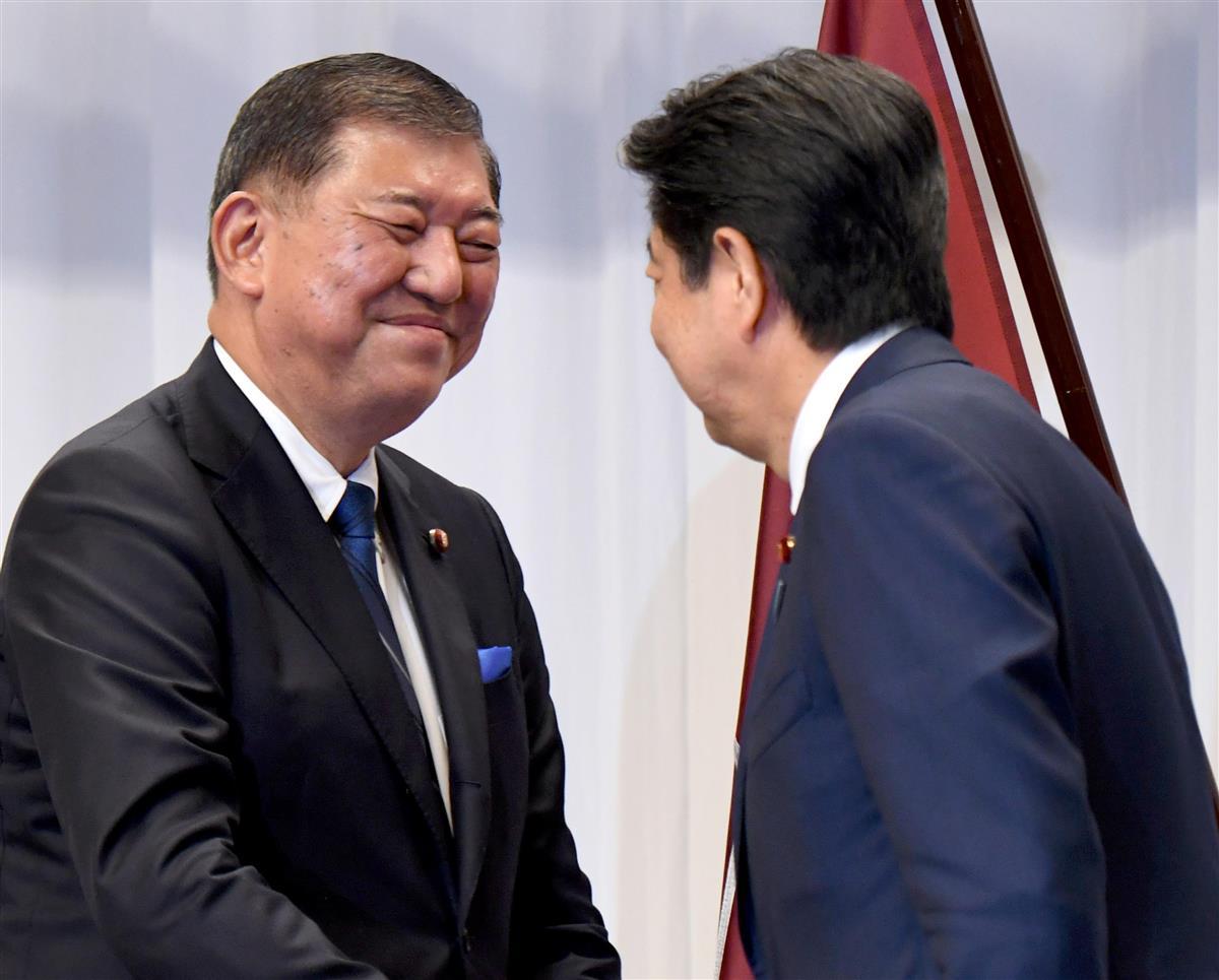 安倍晉三首相(右)と握手を交わす石破茂元幹事長|自民 ...