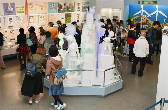 開館10周年を迎え、来館者でにぎわう「青山剛昌ふるさと館」=18日午前、鳥取県北栄町
