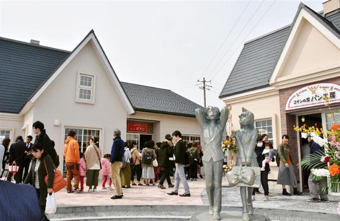 オープンした商業施設「コナンの家 米花商店街」=18日午前、鳥取県北栄町