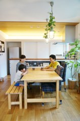 毎日の食卓を木のぬくもりあふれるお店のような空間で。家に来た友達と一緒に会話やお酒を愉しむのも居心地のいいこのテーブルで。