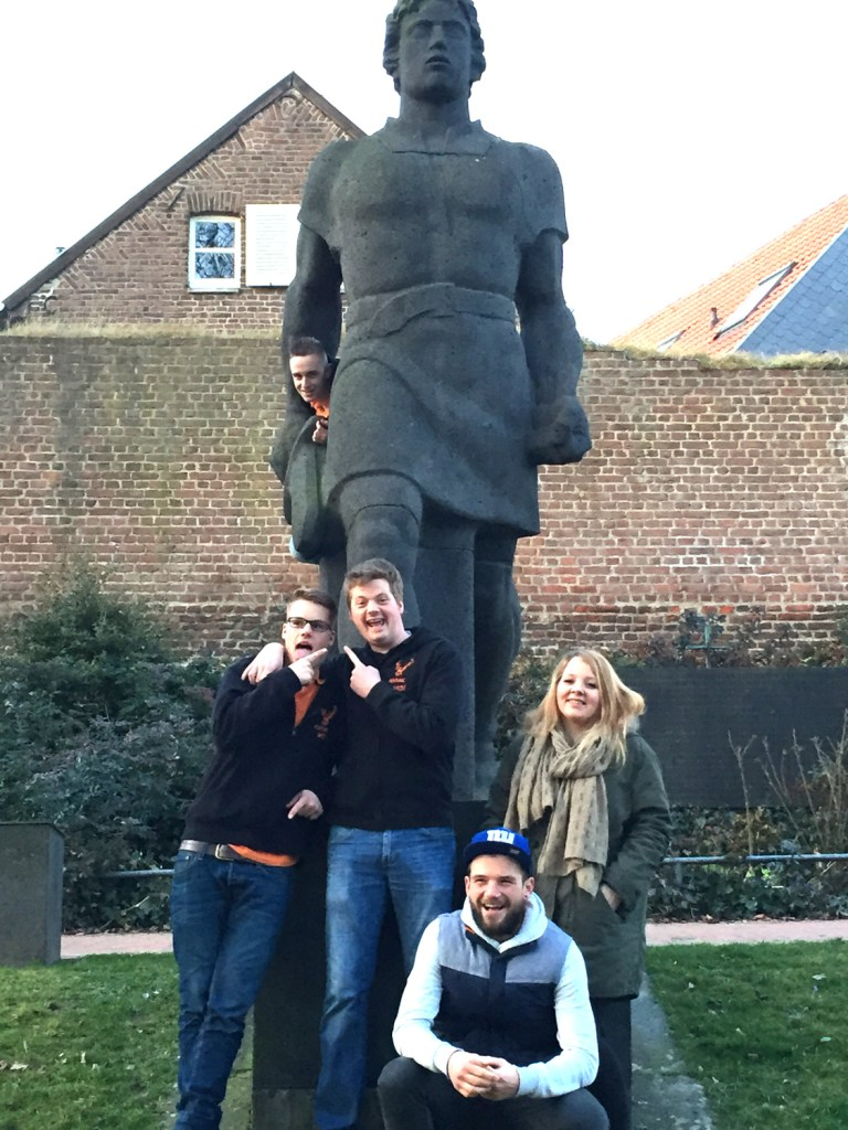 Vor dem Siegfried-Denkmal