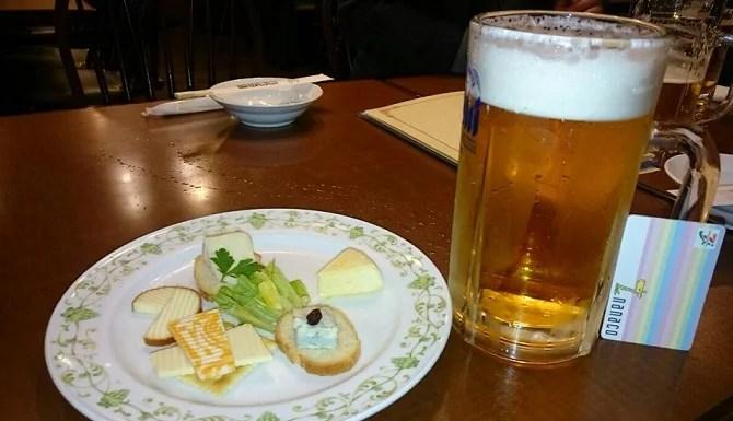 ビールジョッキとチーズ