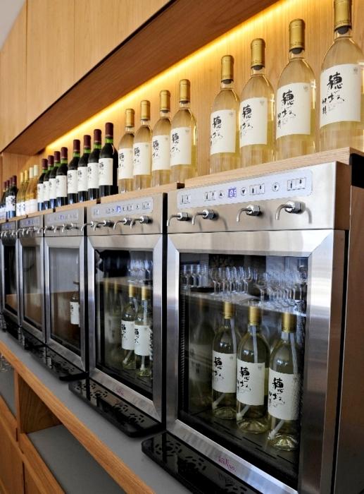 ビジターセンター内にはワインバーも併設。文字通りの「工場直送」だ=韮崎市穂坂町上今井