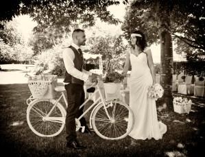 Novios en bicicleta
