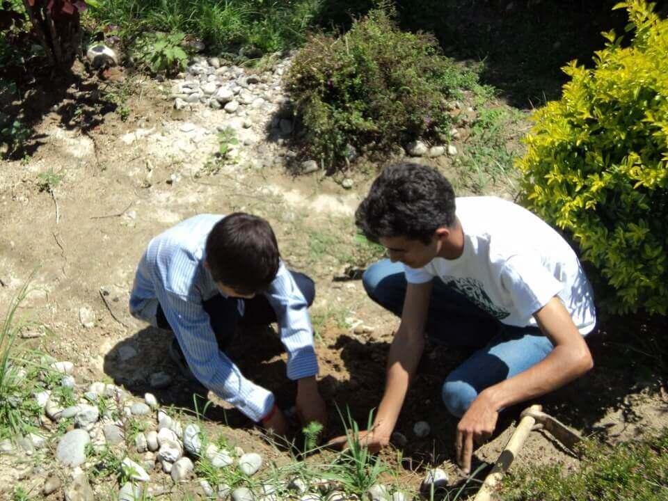 Sagar-aryal-guiding-students-for-plantation