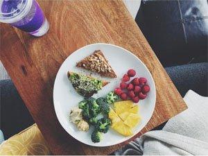 Плодове, зеленчуци и хранителен тост