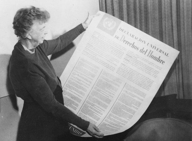 Η Έλινορ Ρούσβελτ με μία αφίσα της Οικουμενικής Διακήρυξης των Δικαιωμάτων του Ανθρώπου