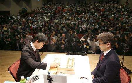 藤井五段(左)と羽生二冠が公式戦初対決。公開対局となった会場では約780人のファンが激戦を見守った (撮影・山田俊介)