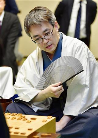 将棋の第76期名人戦7番勝負第1局で佐藤天彦名人を破り、史上最速、最年少で公式戦通算1400勝を挙げた羽生善治二冠=東京都内のホテル